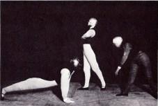 Illustration 7: Gesture dance I (Oskar Schlemmer, Werner Siedhoff, Walter Kaminskii). Photo by Erich Consemüller.