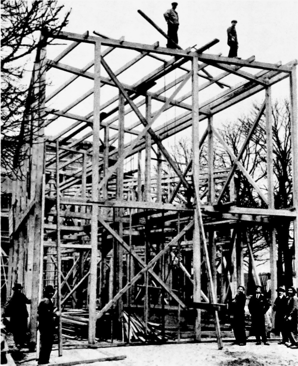 Mel'nikov overseeing construction of the 1925 Soviet Pavilion in Paris