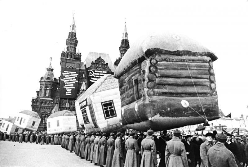 Парад надувных избушек на Красной площади, 1924 год.