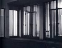 HAUS WITTGENSTEIN. Imagen de noche de la galería, donde se ve el contraste con el interior iluminado (The Wittgenstein House, Bernhard Leitner, Princeton Architectural Press).