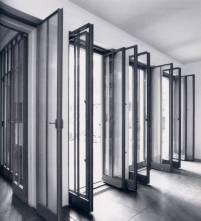 HAUS WITTGENSTEIN. Las puertas de vidrio transparente marcan la transición entre el comedor y la galería (The Wittgenstein House, Bernhard Leitner, Princeton Architectural Press).