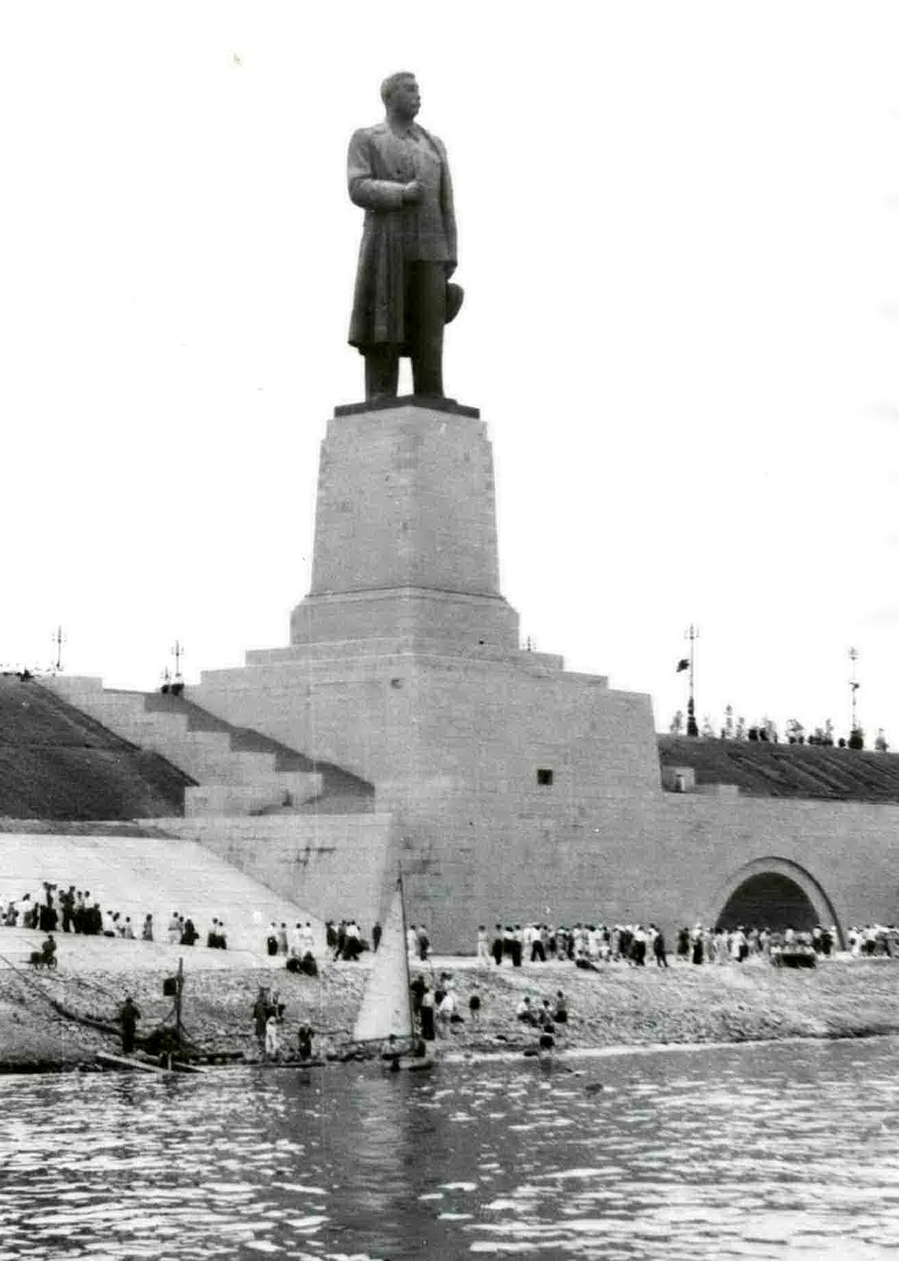 Monument to Stalin was made up of a unique native copper produced on special order, height of sculpture was 24 meters