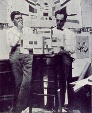 Theo van Doesburg en Cornelis van Eesteren werken aan de maquette voor het Maison particuliére, atelier Rue du Moulin Vert, Parijs 1923