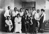 Сотрудники УНОВИСа. Витебск. Около 1920. Стоят слева направо- Иван Червинка, Казимир Малевич, Ефрем Раяк, Нина Коган, Николай Суетин ...