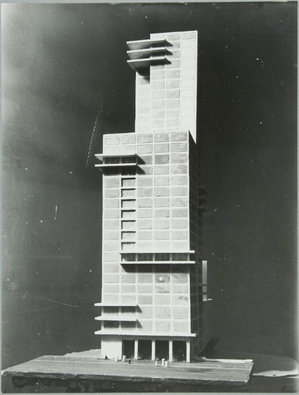 """Walter Gropius and Adolf Meyer: Competition Entry for """"Chicago Tribune"""" Tower (1922). Model, facade."""