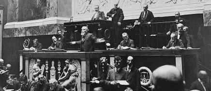 ean Jaurès à la tribune des orateurs en juin 1913 contre la loi Dron au bureau du président, Jaurès à la tribune du Parlement, juin 1913