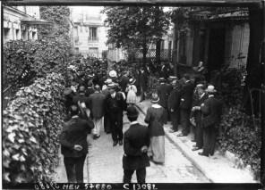 L'anniversaire de la mort de Jaurès - défilé de la foule devant son buste - rue de la Tour - [photographie de presse] : Agence Meurisse