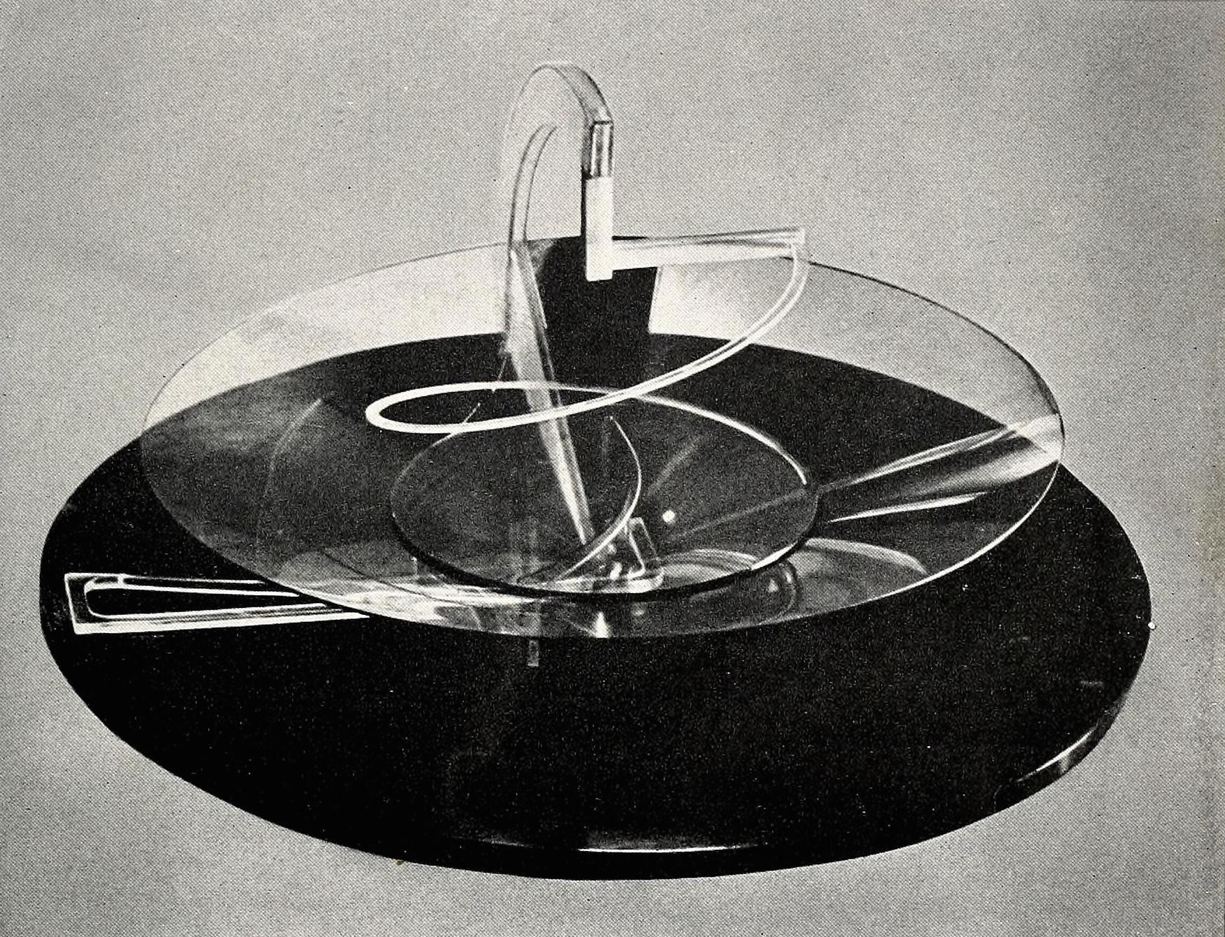 Naum Gabo, Circular relief (1925), plastic on wood 19,5 inch diameter