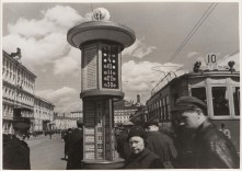 Meyer, Hannes People waiting for street cars beside an information post in Revolution Square, Moscow, 1935