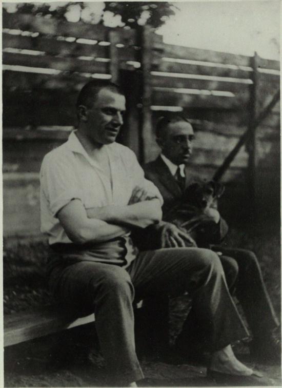 В.В. Маяковский и О.М. Брик сидят на скамейке во дворе