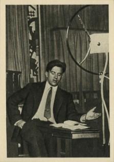 """Majakovskij nello studio del comitato radiofonico panrusso mentre legge la sua pièce """"Il bagno"""""""