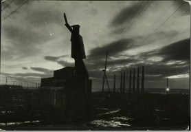 Margaret Bourke-White, Silhouette at twilight of gigantic sculptured rendition of a Russian robot with it's hand raised in a salute (Magnitogorsk, 1931)
