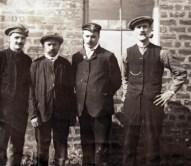 Hendrik de Man als arbeider tussen 3 andere arbeiders tijdens een verblijf in Schotland, jaren 1910