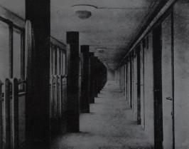 Коридор дома Наркомфина. Фото 1930 года