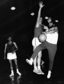 fidel-castro-playing-basketball-14595790_10111950646824854_6745799927651289224_n