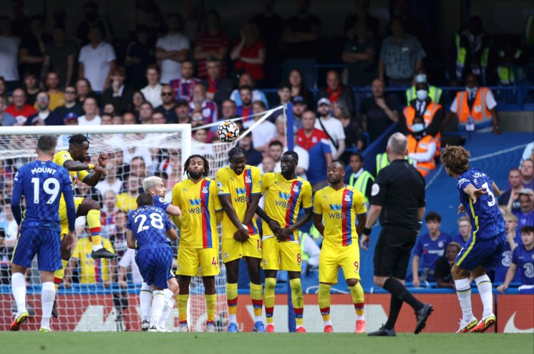 Marcos Alonso fires Chelsea ahead with a stunning free kick. Image via Getty Images.