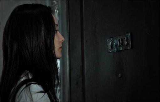 Mariko devant l'appartement 1303