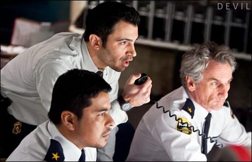 Le Détective Bowden et les agents de sécurité essayent de gérer la situation