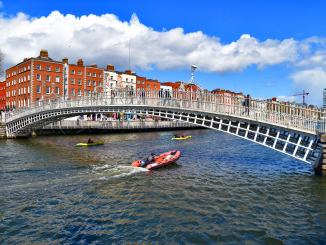 Hapenny Bridge Dublin Ireland - Ron Cogswell (Flickr)