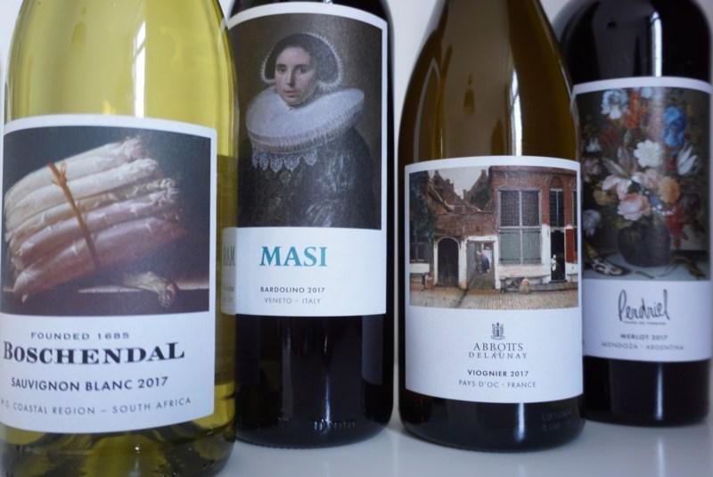 Hollandse meesters op de wijnflessen van de KLM World Business Class