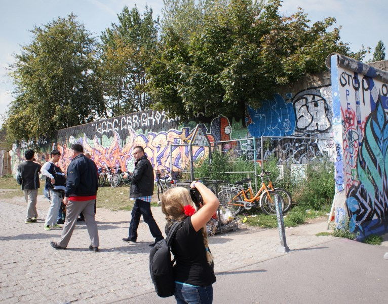 Child photographs Berlin Wall
