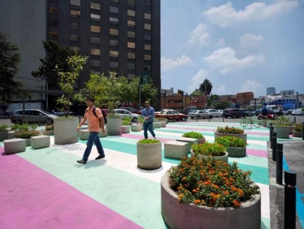 Parlak renkli alan işaretleri Mexico City çevresindeki park yerlerini göstermektedir. [ PHOTO ©Victor Benítez]