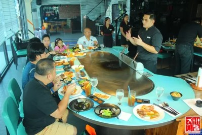 media guests dining at Teppan 101