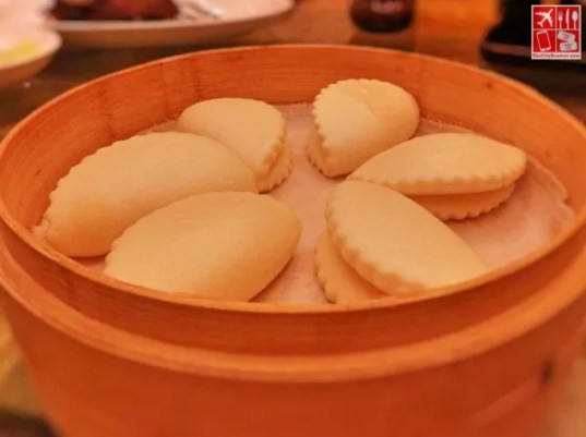 Steamed bun served with Deep-fried Duck