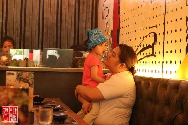 Blogger Iris Acosta of Pinay Ads with her daughter