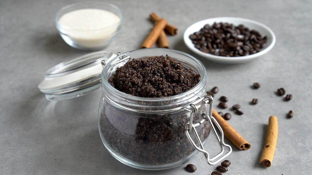 Gommage corporel au café exfoliant à base de café biologique, de sucre et d'huile de coco.