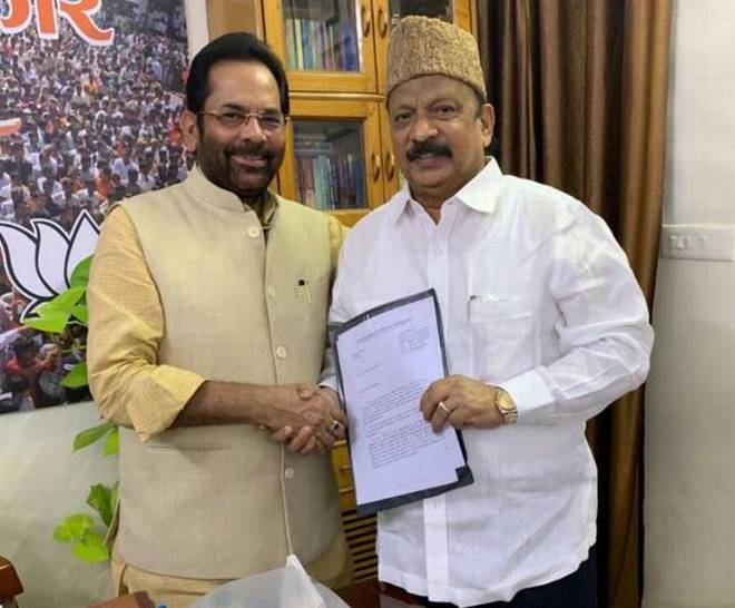 Roshan Baig, right, with BJP leader Mukhtar Abbas Naqvi