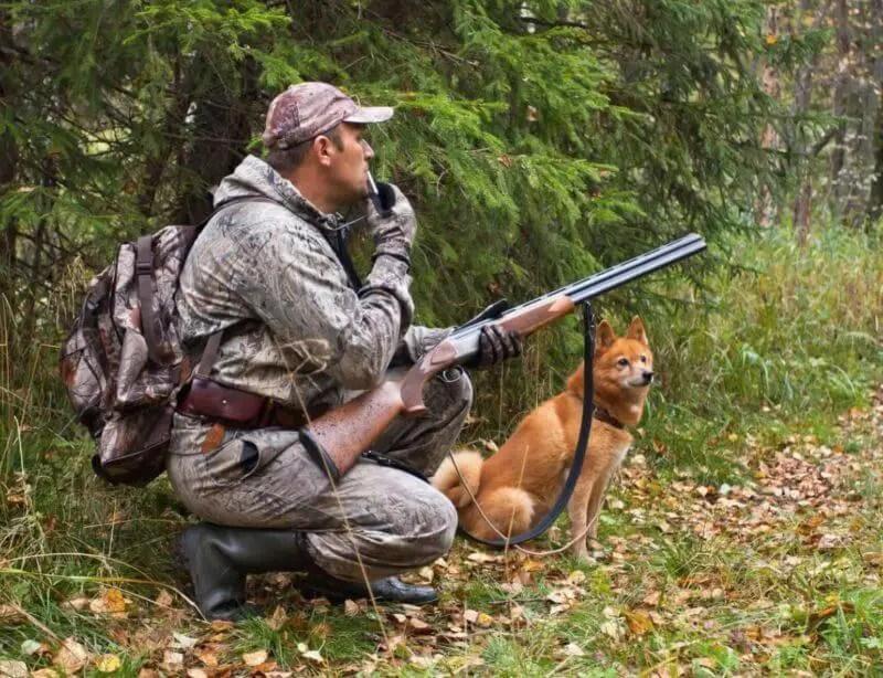 cacciatore che addestra il suo cane da caccia con un Fischietto ad Ultrasuoni Per Cani