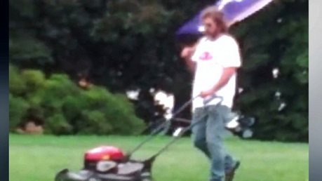 Chis Cox loves the veterans enough to risk being arrested for trespass by mowing the law near the Lincoln Memorial.