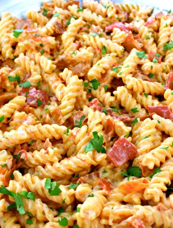 Crispy Prosciutto and Roasted Red Pepper Alfredo ~ A quick dinner, in under 30 minutes using jarred alfredo sauce, roasted red peppers, and crisped prosciutto ~ The Complete Savorist