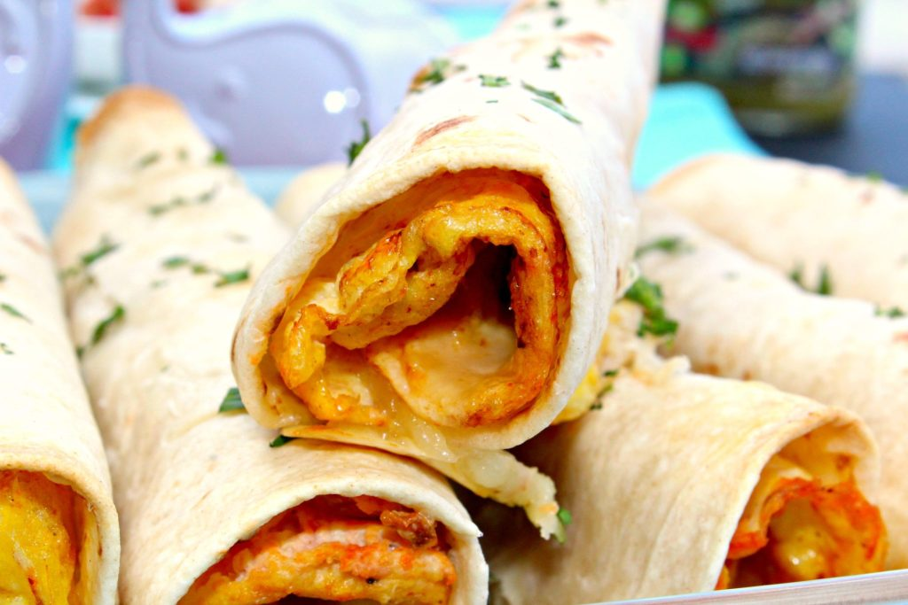 Breakfast Flautas ~ Egg, cheese and salsa rolled in a flour tortilla and baked to be a crispy, but non-fried flauta, garnished with fresh cilantro, sour cream and salsa ~ The Complete Savorist #herdez #diadelnino #HERDEZkids ad