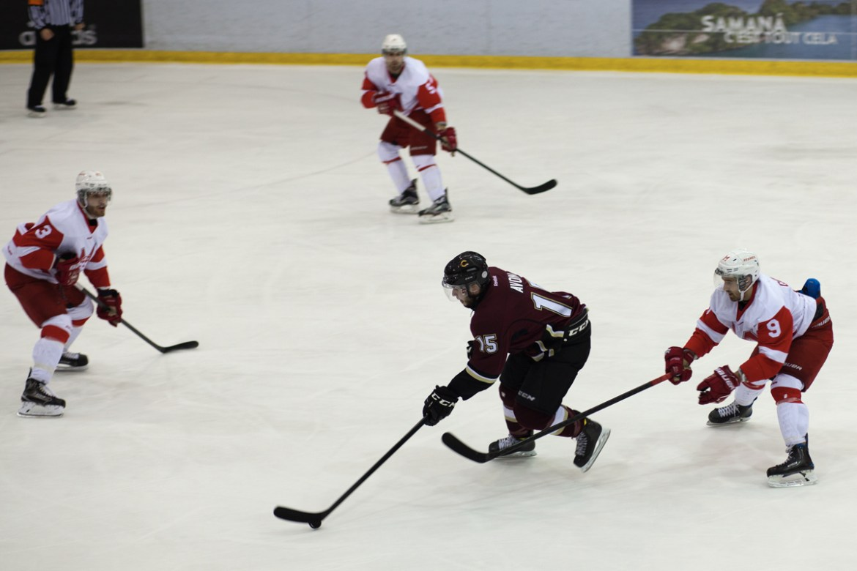 Stingers forward Julien Rainville-Avon carries the puck through the McGill zone. Photos by Marie-Pierre Savard.
