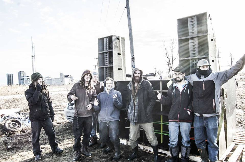 """Some MTL Bassix members and friends setting up for Freegloofest (from left to right): Gunnar """"Phaedrus"""" Heiberg, Francis """"Lockout"""" Lussier (from right to left): Jeremy """"Jaycore"""" Jarry-Trottier, Patrick """"Propaganja"""" Labelle, Thomas """"Druide"""" Fournier. Photo by MTL Bassix Production."""
