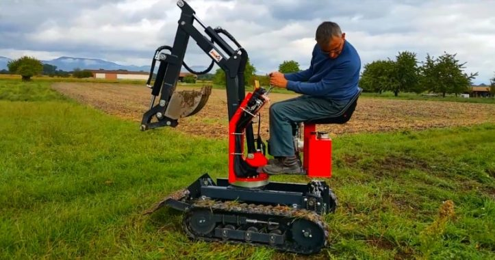 Self-propelled mini excavator