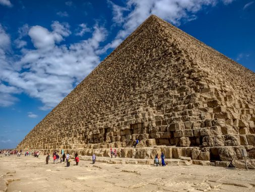Height of the Khufu pyramid is 147 m.