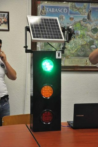 Solar panel built-in traffic light