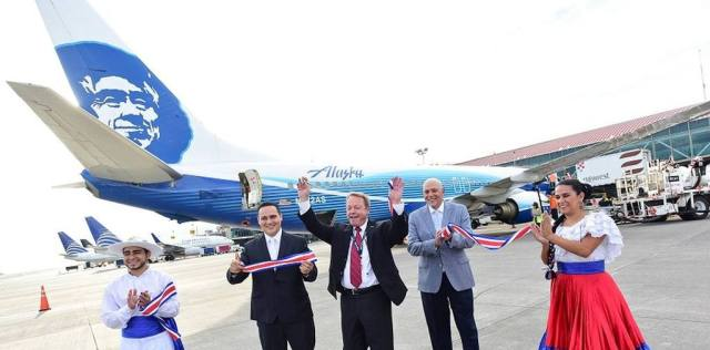 The arrival of the first Alaska Airlines flight to San José