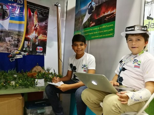 Carlos Manuel Navarro (12 years old) and José Daniel Chavez (13 years old) developed the prototype of a drone that allows forest fires to be monitored