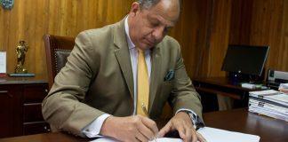 President Solís signing Decree.