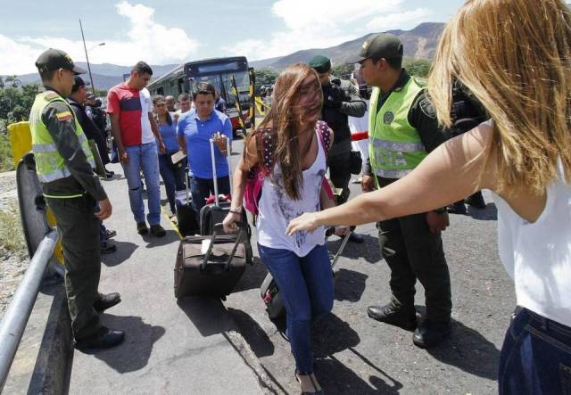 Hundred of thousands Venezuelan try desperately to cross out the border towards Colombia, looking for food and medicines.