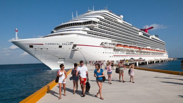 Tourists offboarding cruise