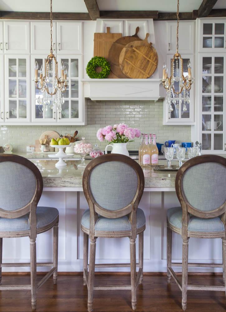 Farmhouse French Inspired Home Decor Ideas and DIYS - The ... on Farmhouse Decorating Ideas  id=61373