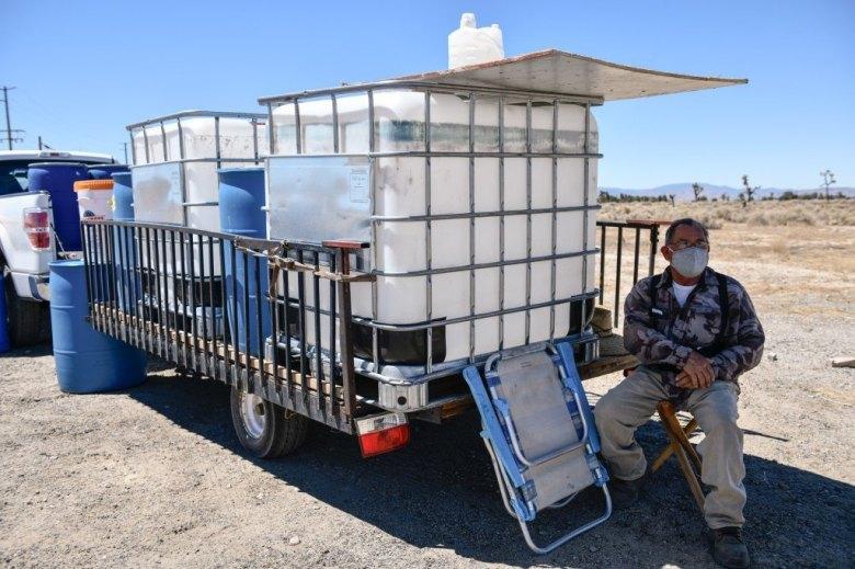 José Huerta vende contenedores de agua al aire libre. Julio de 2021.