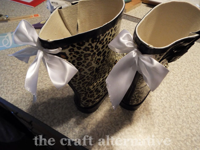 How to Add a Monogram and Ribbon to a Pair of Rain Boots_Bows