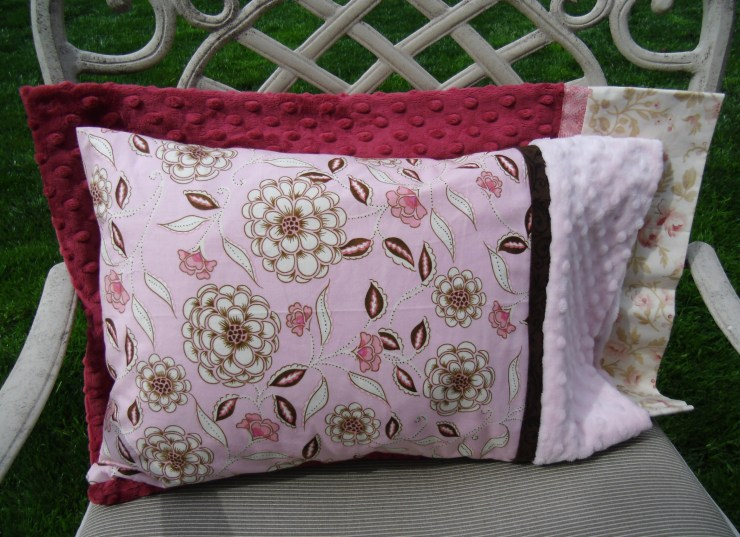 Travel-size pillow case tutorial @ The Crafty Quilter