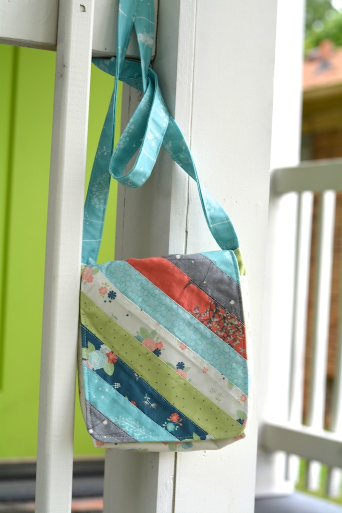 Sew Powerful Purse Project by Lindsay at Lindsay Sews and featured on The Crafty Quilter's Sew Thankful Sunday.